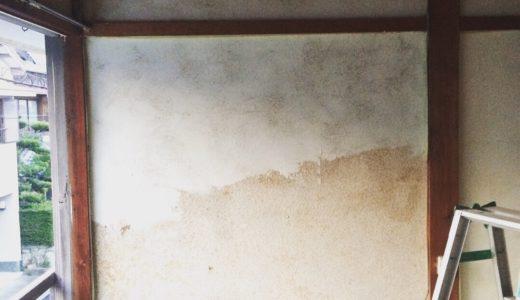 古い和室の土壁の上に漆喰を塗る